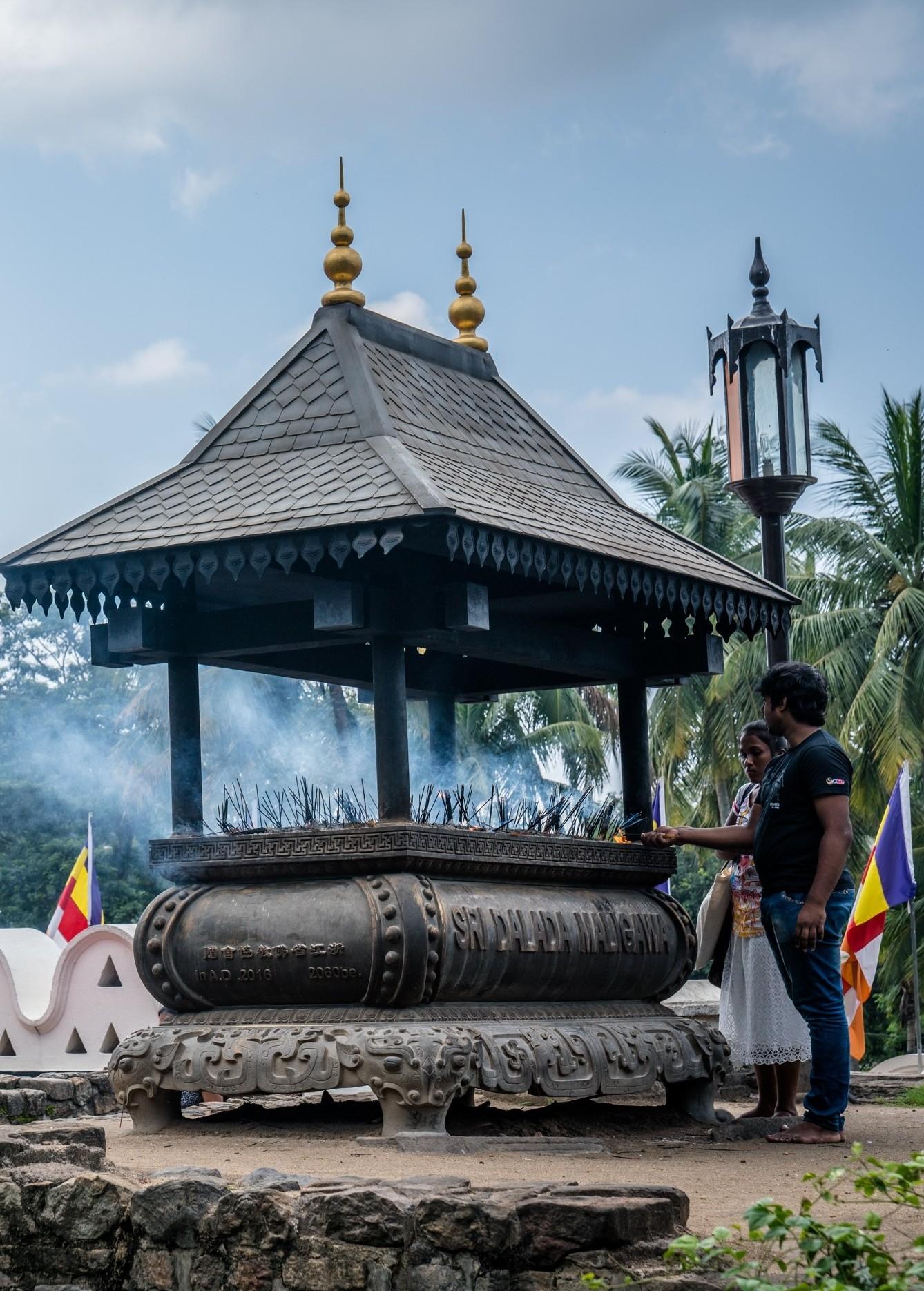 incense-burning-kandy-sri-lanka